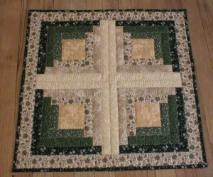 Handmade quilted table topper (square_13)